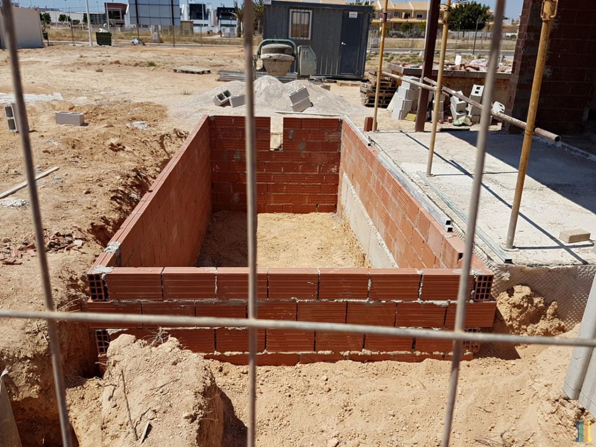 Работы по строительству демо дома продолжаются.